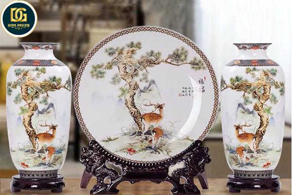 Bộ bình gốm trang trí gồm 2 bình 1 đĩa mang ý nghĩa phòng thủy mang điều tốt lành tới cho gia chủ, thích hợp quà tặng tân gia, quà cưới...